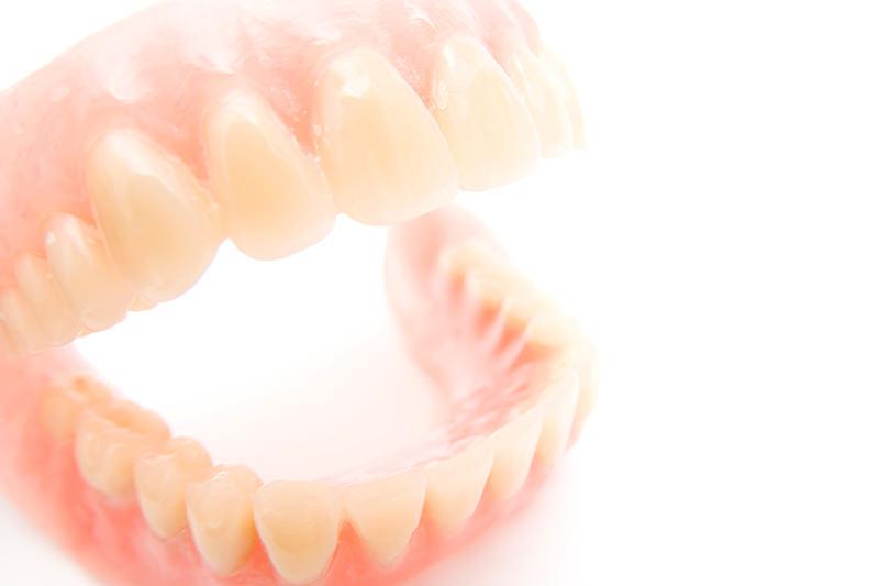 口元を自然にみせる噛みやすい入れ歯を提供します
